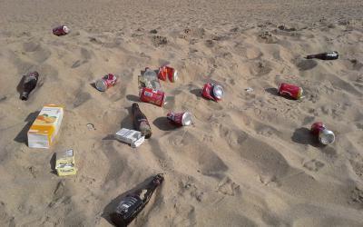 zwerfafval op het strand op ruimen