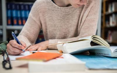 How do I find a good custom essay writing service?